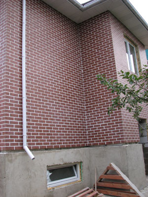 дом отделан термопанелями под кирпич