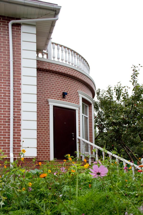 оформление входа в дом лепниной