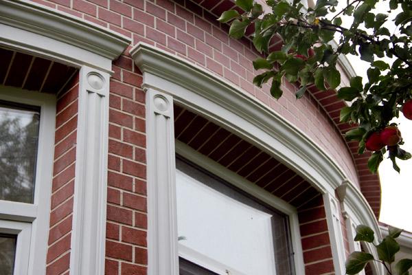 сандрики, молдинги, угловые розетки составляют обрамление окна