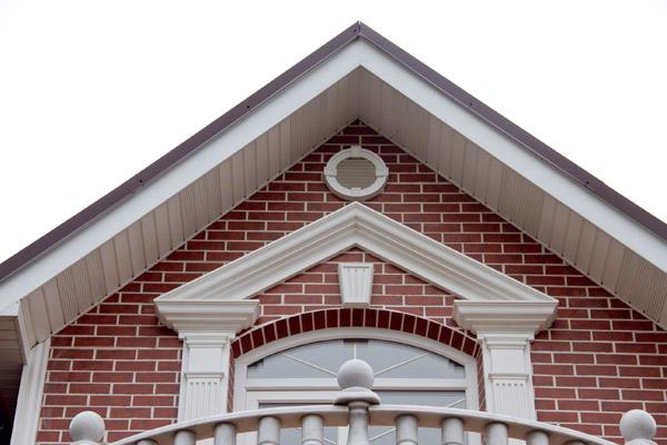 окно оформлено пилятсрами, замковым камненм, сандриком, балюстрадой